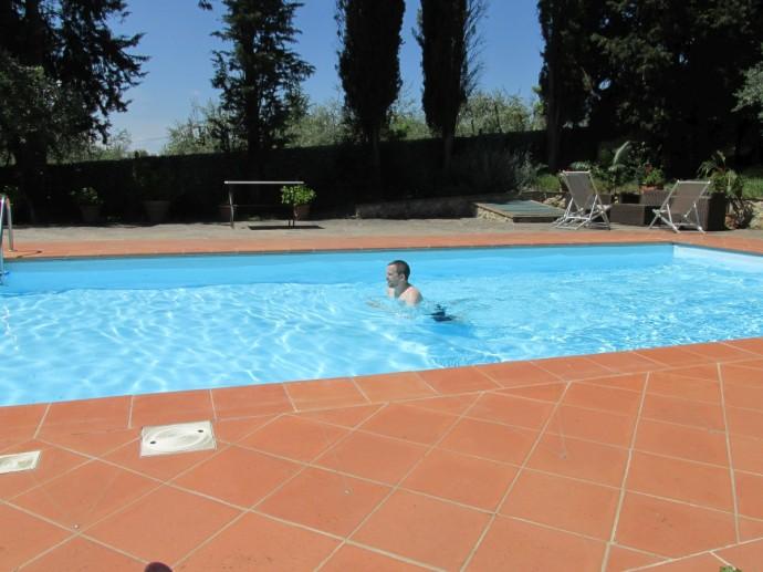 macho swimming