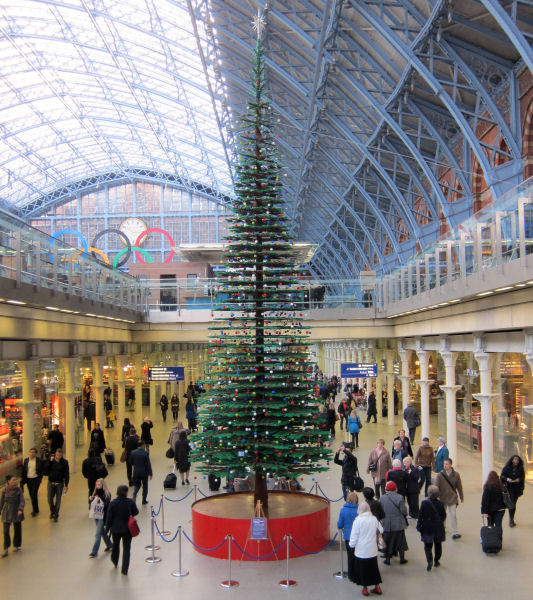Lego christmas tree @ St. Pancras station