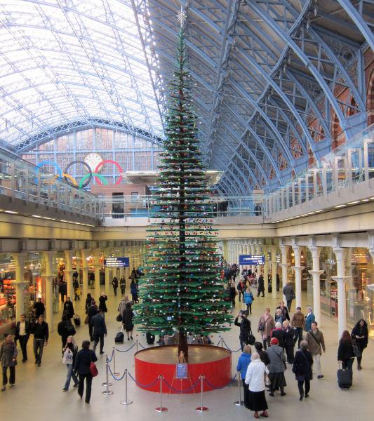 Lego christmas tree @ St. Pancras station