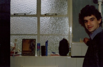 Peeling the bathroom wallpaper